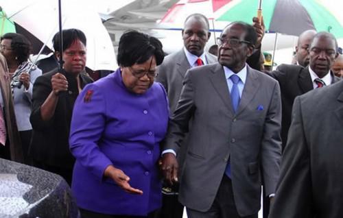 0412-24853-zimbabwe-robert-mugabe-annonce-la-mise-a-l-ecart-de-sa-vice-presidente-joice-mujuru_L