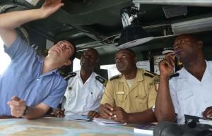 echange-entre-l-aviso-commandant-l-herminier-et-la-marine-ivoirienne-1