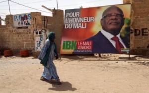 7763440392_un-homme-passe-devant-une-affiche-d-ibrahim-boubacar-keita-ibk-le-24-juillet-2013-dans-une-rue-de-timbuktu