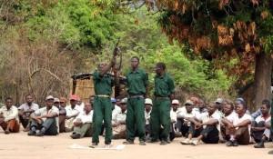 479791_des-veterans-de-la-renamo-la-guerilla-anti-communiste-suivent-une-formation-militaire-dans-le-massif-du-gorongosa-au-mozambique-le-8-novembre-2012