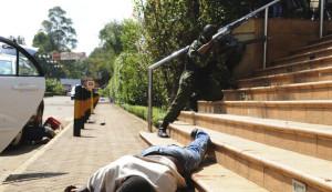 le-corps-d-un-homme-git-pres-du-centre-commercial-de-nairobi-victime-d-une-attaque-terroriste-le-21-septembre-2013_4048093
