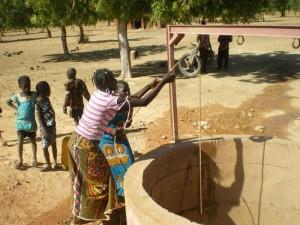 les-jeunes-filles-puissent-l'eau