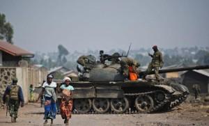 Un-char-au-milieu-de-la-population-le-15-juillet-a-Munigi-en-RDC_univers-grande